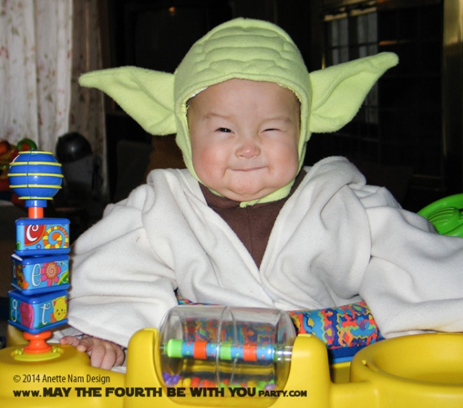 Child Yoda Costume /// Check out all our other Star Wars costumes on our blog! #starwars #starwarsparty #maythefourthbewithyou #starwarsbirthday #starwarscostume #halloweencostume #yoda #cosplay maythefourthbewithyoupartyblog.com