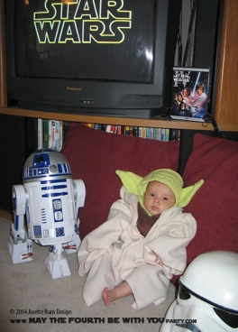 Child Yoda Costume with R2-D2 /// Check out all our other Star Wars costumes on our blog! #starwars #starwarsparty #maythefourthbewithyou #starwarsbirthday #starwarscostume #halloweencostume #yoda #cosplay #r2d2 maythefourthbewithyoupartyblog.com