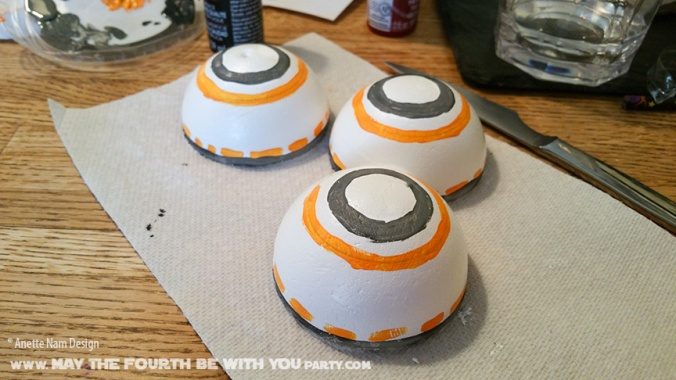 Star Wars Food: DIY Aquaball BB-8 Water Bottle. /// Check out our blog for lots of Star Wars Party food recipes and downloadable labels! Great for a Birthday Party or a May the Fourth be with you Party. /// #starwars #starwarsparty #maythefourthbewithyou #starwarsbirthday #starwarsfood #bb8 #aquaball maythefourthbewithyoupartyblog.com