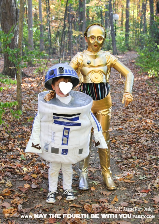 DIY C3PO and R2D2 costumes. Check out all our other Star Wars halloween costumes on our blog! #c3po #r2d2 #starwars #starwarsparty #maythefourthbewithyou #starwarsbirthday #starwarscostume #halloweencostume #cosplay maythefourthbewithyoupartyblog.com