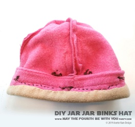 DIY Star Wars Jar Jar Binks Hat /// We add new Star Wars crafts to our blog every week! /// #diy #starwars #phantommenace #jarjar #jarjarbinks #fleece #hat #swcc #starwarscelebration #cosplay /// maythefourthbewithyoupartyblog.com